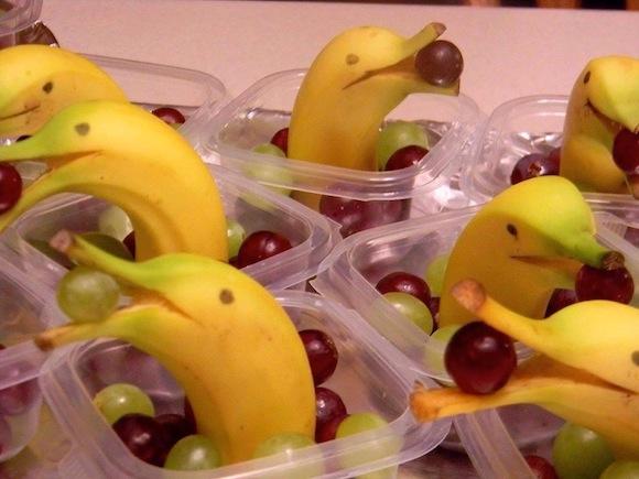 Traktatie banaan in vorm van dolfijn met druif